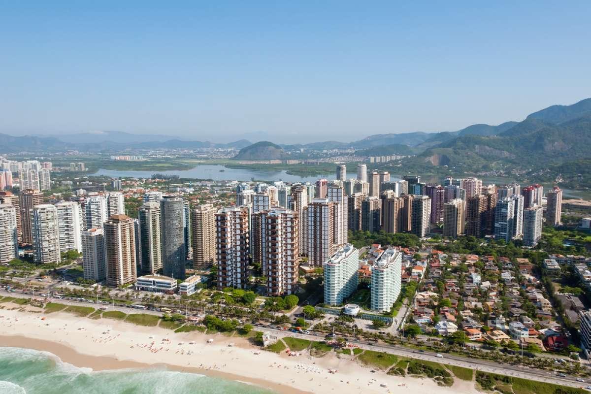 """Foto aérea de prédios no litoral para a pauta """"Guia para o seu condomínio aderir ao eSocial e não pagar multa"""""""