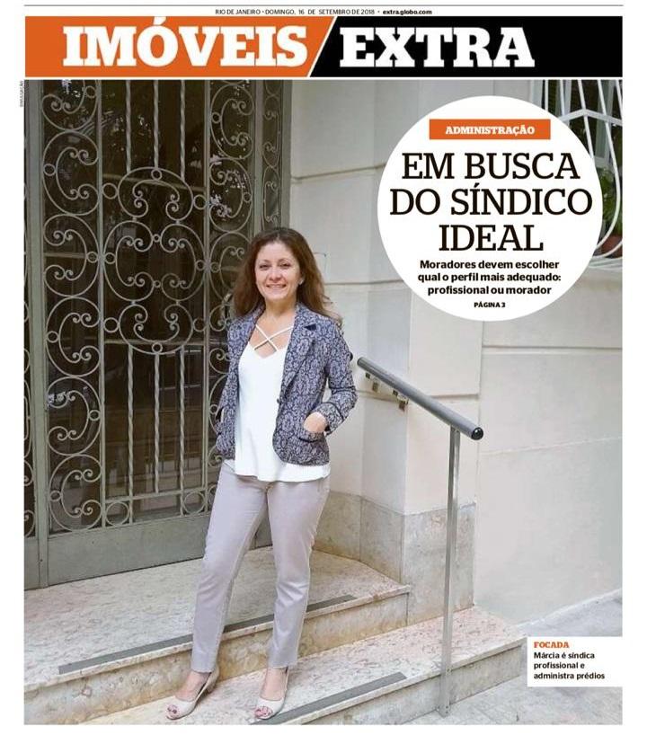 Foto de capa do jornal Extra contendo um síndico em frente a portaria de um prédio para a pauta Número de síndicos profissionais cresce em condomínios