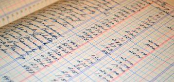 """Foto de um livro com balanços para a pauta """"O que é uma previsão de gastos condominiais"""" para o Blog da Estasa"""
