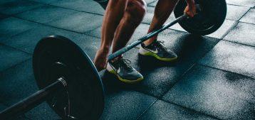 "Foto de atleta puxando halteres para a pauta ""mudança na lei sobre academia em condomínio"" para o Blog da Estasa"