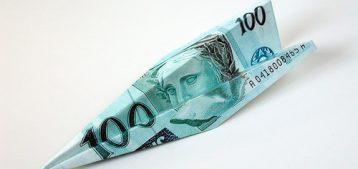 """Foto de envelope com cédula de reais brasileiros para a pauta """"07 formas de reduzir o valor da cota condominial"""" do Blog da Estasa.jpg"""