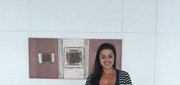 """Foto da funcionária da Estasa e síndica Carla Santos posando em frente a entrada de um prédio para a pauta """"Presença de entregadores no condomínio gera polêmica entre os moradores"""" para o Blog da Estasa."""