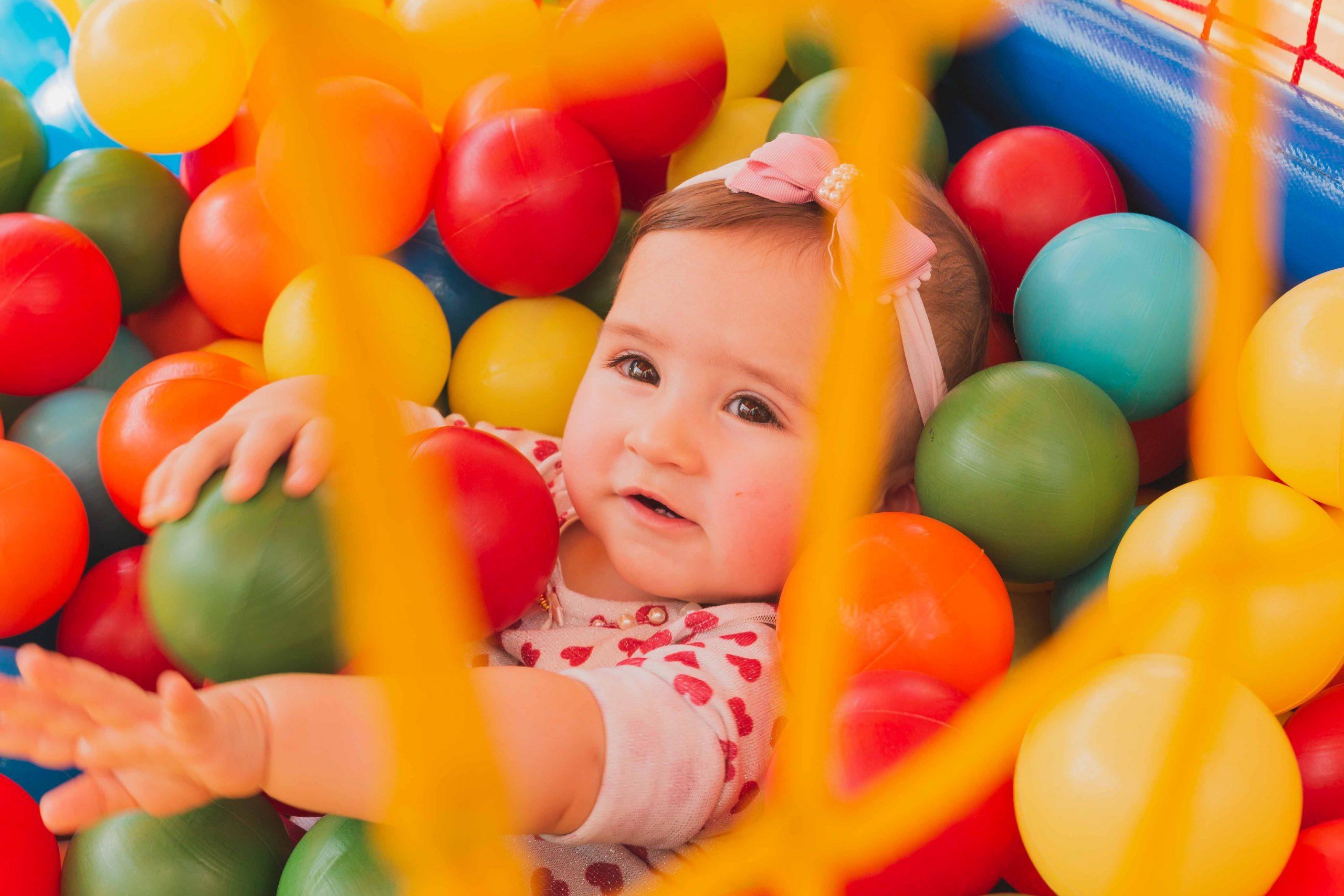 """Foto de uma criança pequena dentro de uma piscina de bolinhas para a pauta """"Áreas de lazer devem seguir normas de segurança"""" para o Blog da Estasa."""