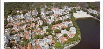 """Vista aérea da praia da Urca com vários prédios e o IED para a pauta """"IPTU veio muito alto? Entenda o que fazer"""" para o Blog da Estasa"""