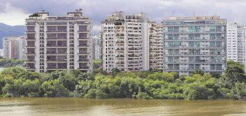 """Foto de prédios altos na Barra da Tijuca para a pauta """"Condomínio alto? Aluguel em risco!"""" para o Blog da Estasa."""