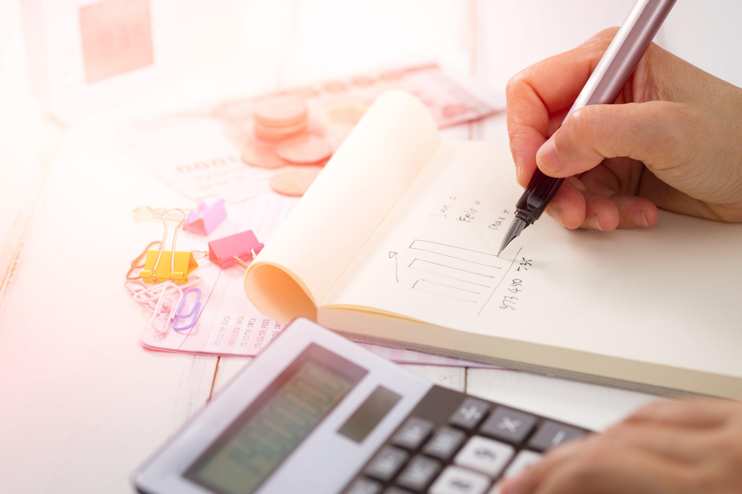 Foto de bloco de notas, papéis e calculadora para a pauta eSocial Envio das informações somente em 2020 para o Blog da Estasa.